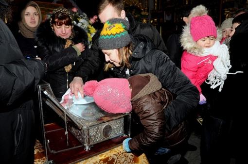 Посмотреть на святыню пришли и взрослые и дети. Фото: Виталий ПАРУБОВ.
