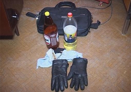 У подозреваемого изъяли бутылки с зажигательной смесью. Фото: пресс-служба МВД Украины