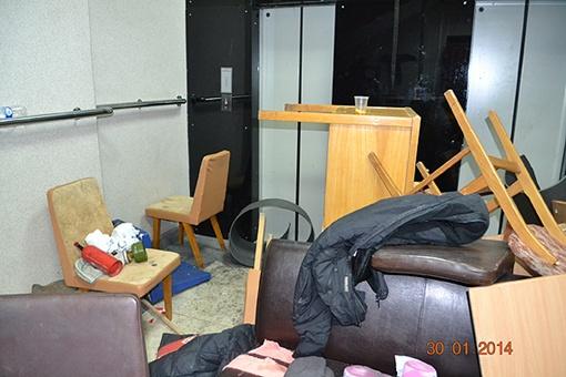 Внутри валяются кресла и стулья. Фото: МВД Украины