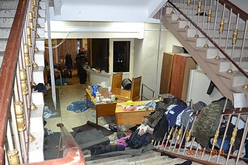 На первом этаже разбросана одежда. Фото: МВД Украины