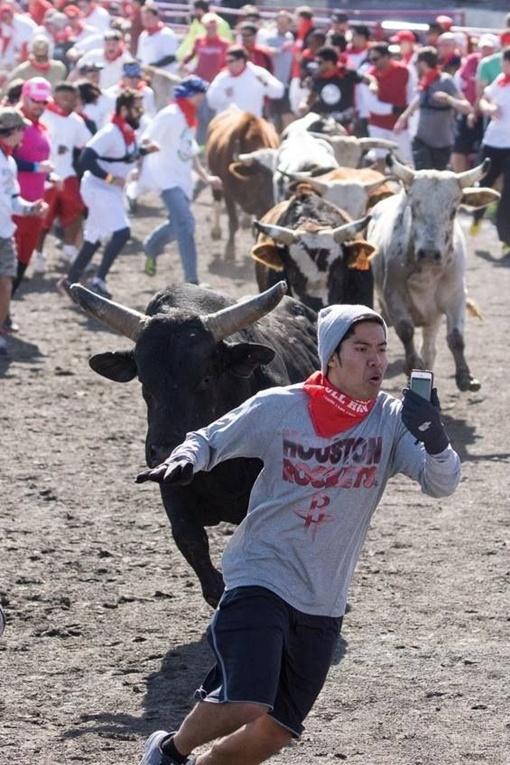 Кристиан, не побоявшись быть насаженным на острые рога быков, снял на мобильный телефон свои приключения на забеге. Фото: Соцсети