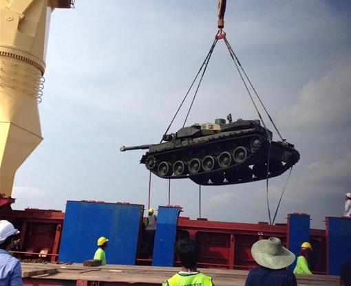Танки разгрузили в порту. Фото: ukrspecexport