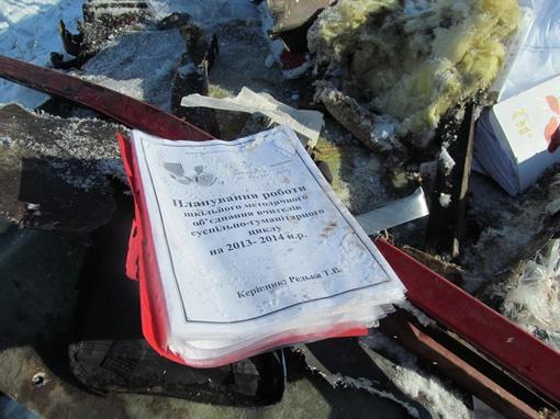 На месте трагедии валяются учебные пособия. Фото: Роман ШУПЕНКО