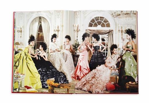 В книге представлены работы Оскара для французского бренда Balmain. Фото: Vogue