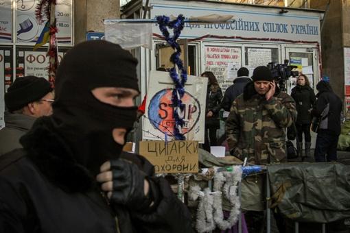 Вход в Дом профсоюзов за три месяца облоги обветшал. Фото Олега Терещенко