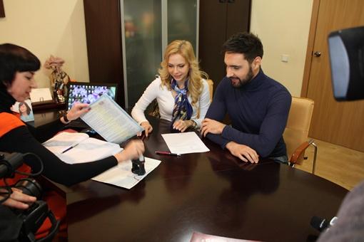 Юлия Думанская призналась, что волновалась, подписывая контракт.  Фото предоставлено пресс-службой певца.