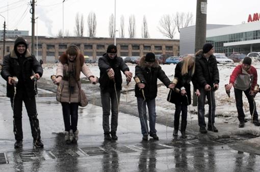 Три пака пива ушло в канализацию. Фото: Ирины Акуловой.