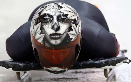 У канадки Сары Рид на шлеме - изображение маски для праздника