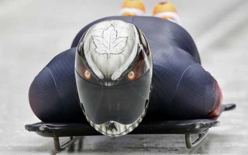 Канадец Эрик Нельсон хотел своим шлемом пугать соперников. Фото: REUTERS