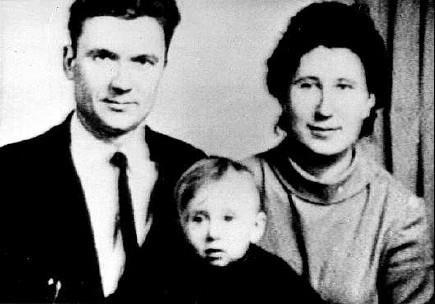 Чикатило с женой и сыном. Фото: rudata.ru