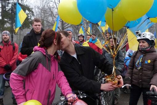 Молодожены ехали на велосипедах. Фото автора