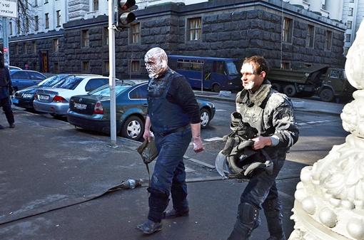 Милиционеры пострадали от коктейлей Молотова. Фото: Оскар Янсонс