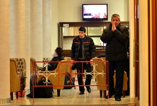 Киевляне смотрят трансляции с Майдана. Фото Оскар ЯНСОНС