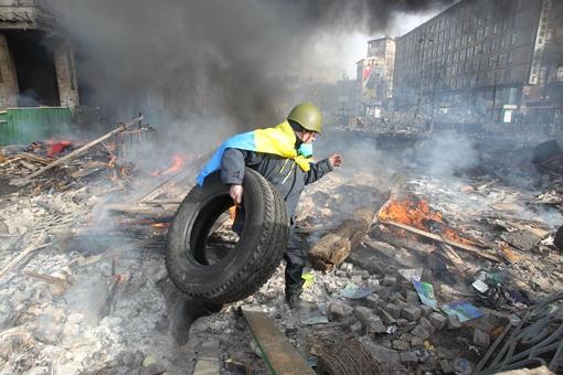 Активисты продолжают собирать покрышки. Фото: Максим ЛЮКОВ