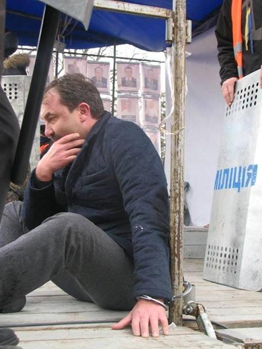 Прикованный губернатор. Фото Facebook.com