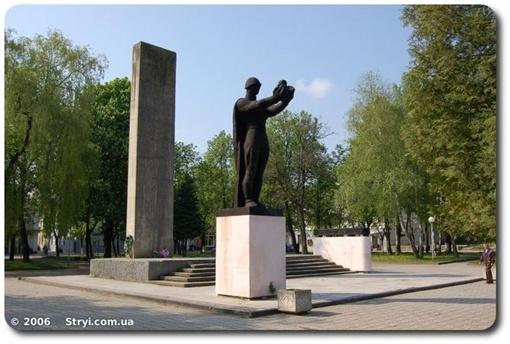 Памятник советскому воину до недавних пор стоял в центре Стрыя. Фото: stryi.com.ua