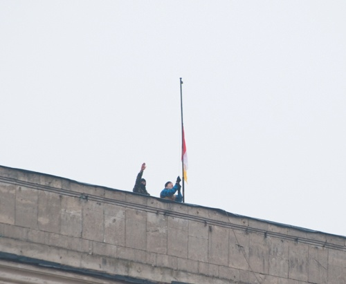 Рядом с украинским флагом на флагшток посреди Куликова поля установили одесский и российский. Фото Максима Войтенко