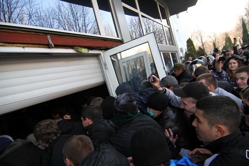 Под  СБУ митингующие ограничились пока выломанными дверями