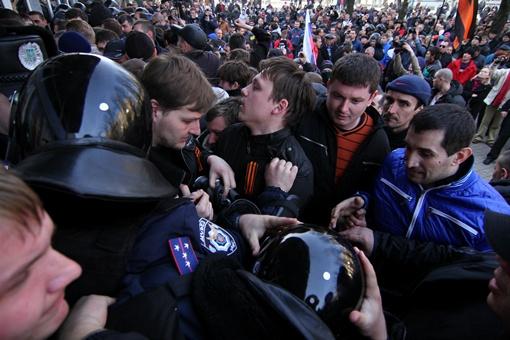 Протестующие обещают еще вернуться к СБУ, если не освободят