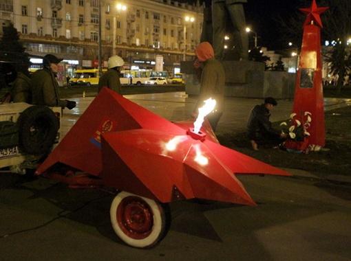Днепропетровское мемориальное ноу-хау: передвижной Вечный огонь и памятный знак. Фото: Павел ДАЦКОВСКИЙ