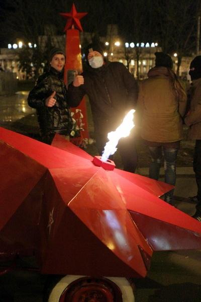 Активисты позируют, как сейчас модно, в масках. Фото: Павел ДАЦКОВСКИЙ