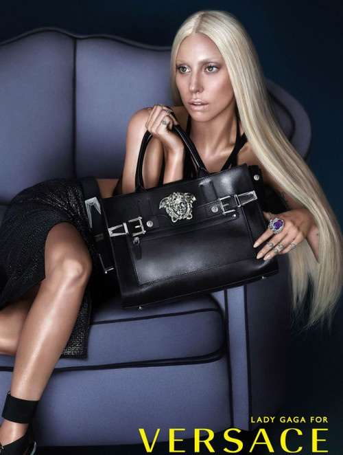 Но на обложке глянцевых журналов певица всегда старалась быть дивой на зависть своих поклонников. Вот как, например, на съемках для бренда Versace. Фото: СОЦСЕТИ