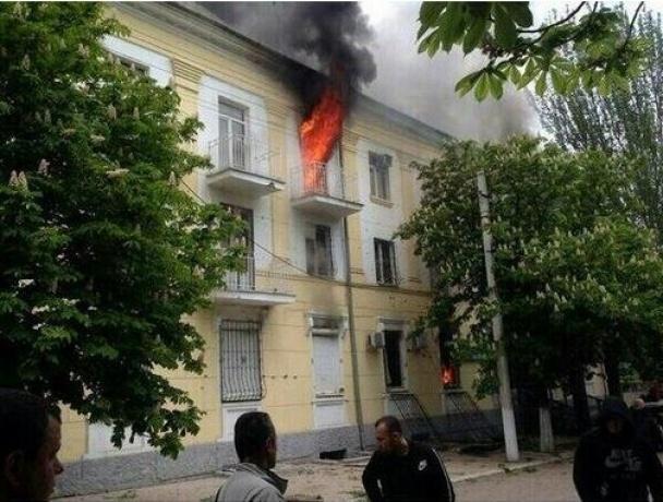 Здание горит. Фото twitter.com/0629ComUa
