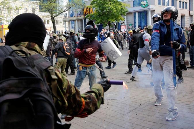 Теперь активисты не надевают никакую символику. Фото: Рейтер