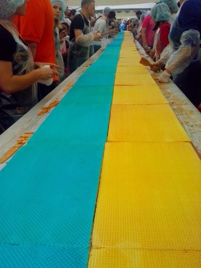 В Киеве съели самый длинный торт в Украине фото 1