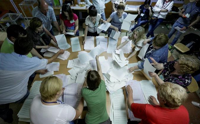На изирательных участках продолжатся подсчет голосов, полученные данные поступают в ЦИК. Фото Reuters