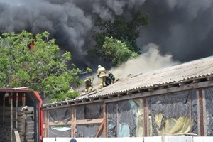 Огонь уничтожил сантехнику, хранящуюся на складе. Фото пресс-службы облГСЧС