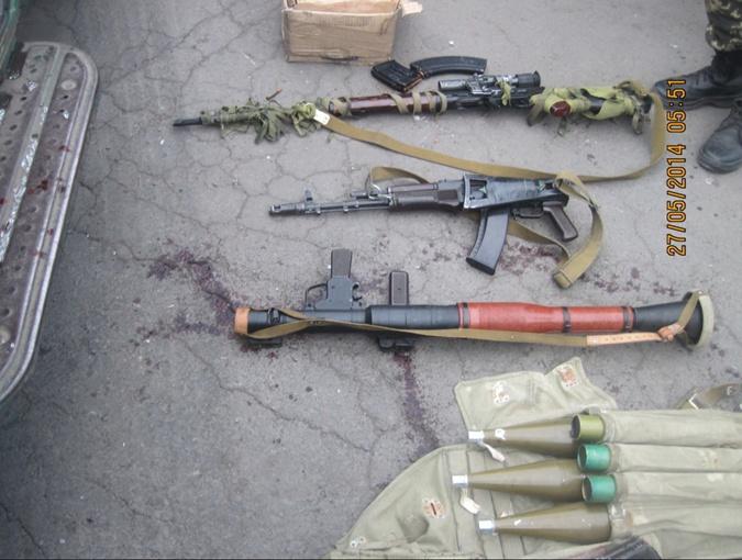 Скриншот. Оружие, которое оставили прорывавшиеся через границу.