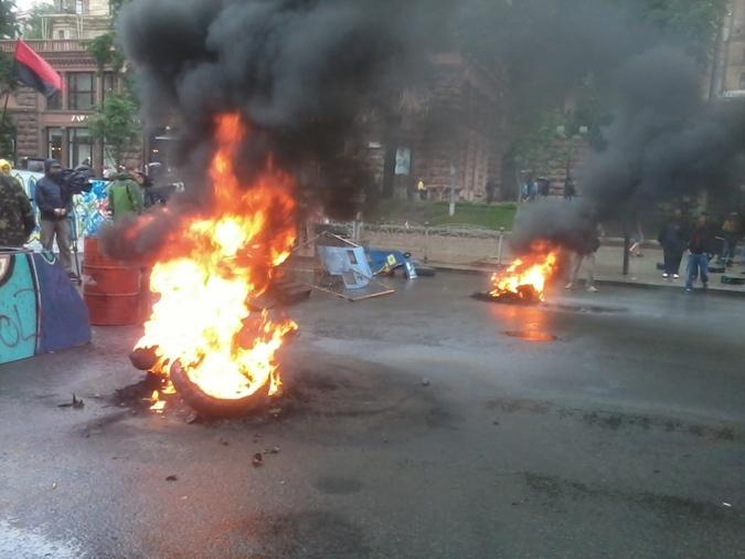 В знак протеста активисты снова подожгли шины. Фото: Алексей Ладыка.