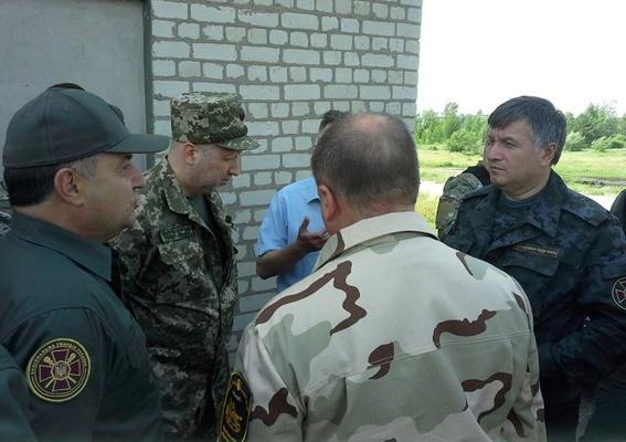 Аваков и Турчинов лично приехали осмотреть технику. Фото: ГУ МВД Украины