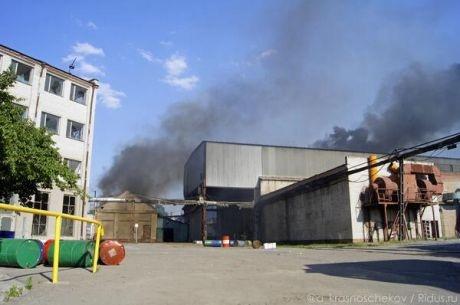 Завод горел около двух часов. Фото: соцсети