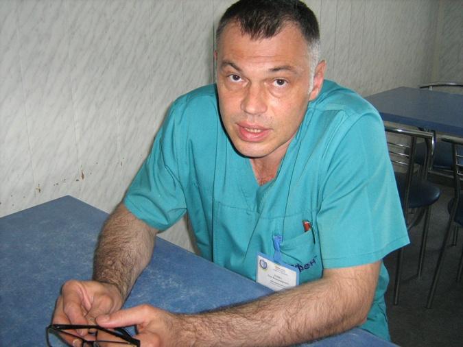 Олег Топка, оперирующий раненых военных,  спас не одну жизнь. Фото: автор.