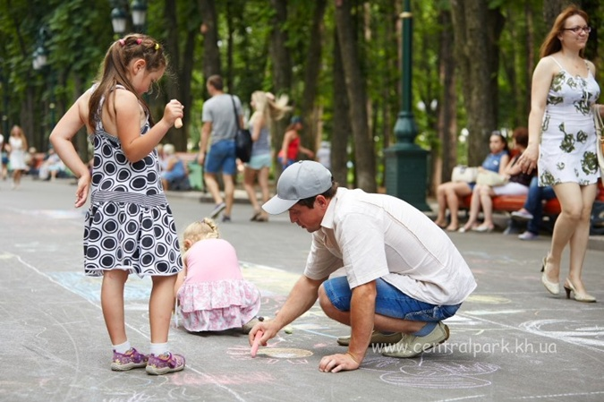 Разрисовывать асфальт ребятам помогали взрослые. фото: соцсети