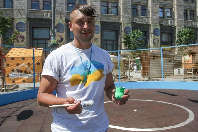 Александр Раздорожный заканчивает наводить линии краской на площадке. Фото: Олег ТЕРЕЩЕНКО.