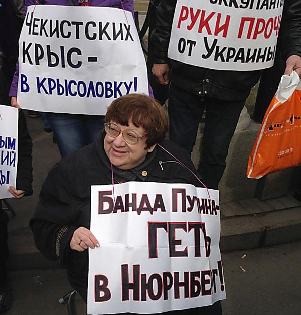 Новодворская на марше мира в Москве против военных действий России в Украине