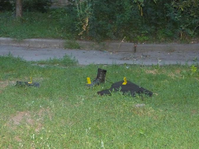 Во дворе дома, где произошла трагедия, остались ботинки одного из застреленных милиционеров. фото: Наталья Амирханян