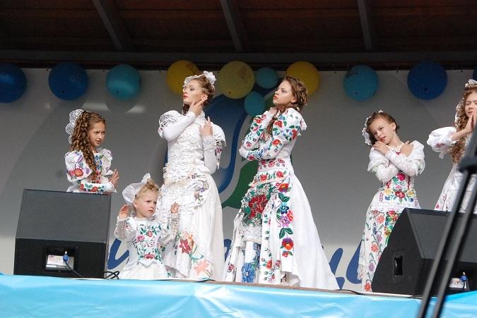 Коллектив  из Павлограда  выступал  в костюмах ручной  работы.