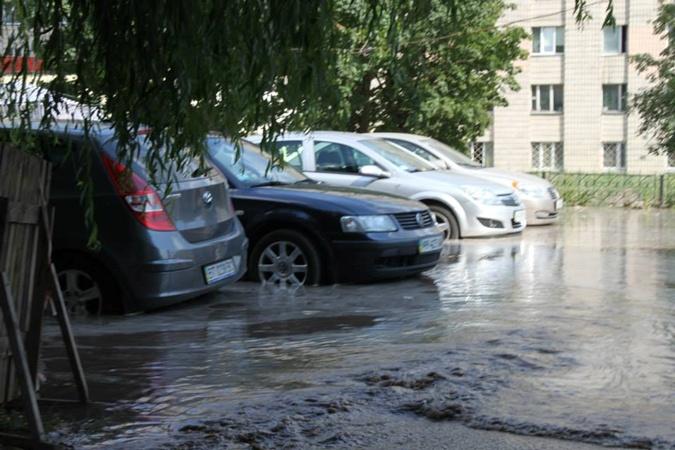 Некоторым авто вода рискует залить багажники.