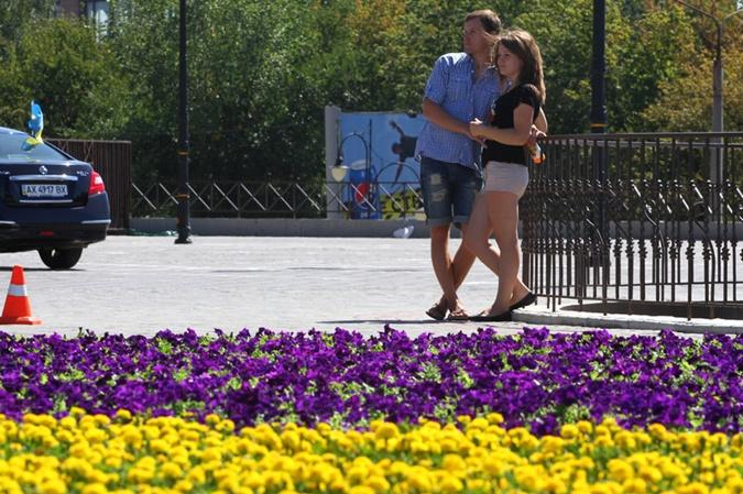 Харьковчане весь день фотографируются на фоне желто-фиолетового чуда. Фото: Константин Буновский