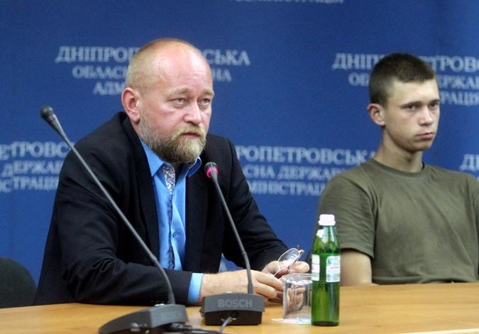 Переговорщик генерал-полковник  Владимир Рубан и самый молодой из освобожденных, 19-летний Зайцев Руслан.