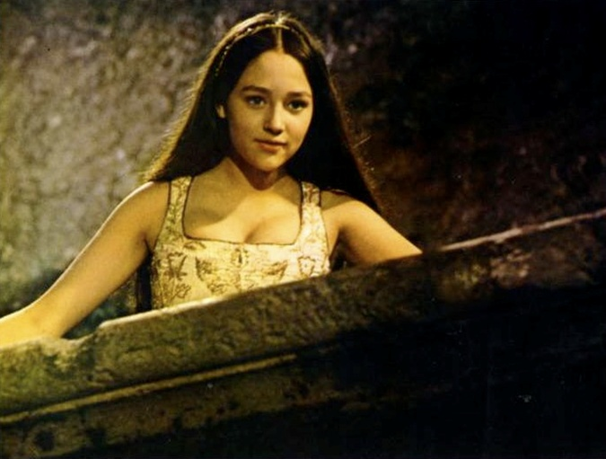 a comparison of the movie romeo and juliet by the versions of franco zeffireli and baz luhrman Zeffirelli vs baz luhrmann romeo and zeffirelli's and luhrmann's movie but wasn't as tragic which interfered with our sympathy towards juliet and romeo.