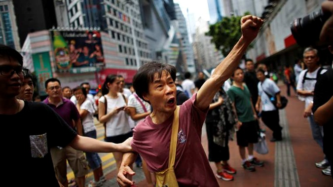 Поднятый вверх кулак. На эмблемах протестных движений - это первый символ революций. Фото: sky news