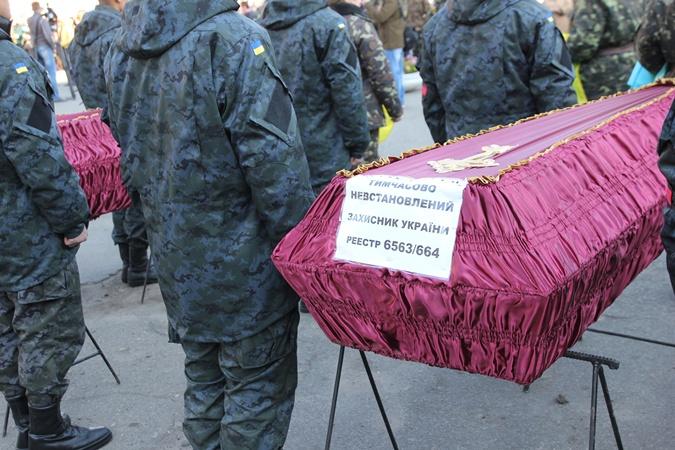 Если личности погибших установят, вместо номеров, под которыми их хоронят, появятся таблички с именами. Фото: Ирина РУДЕНКО