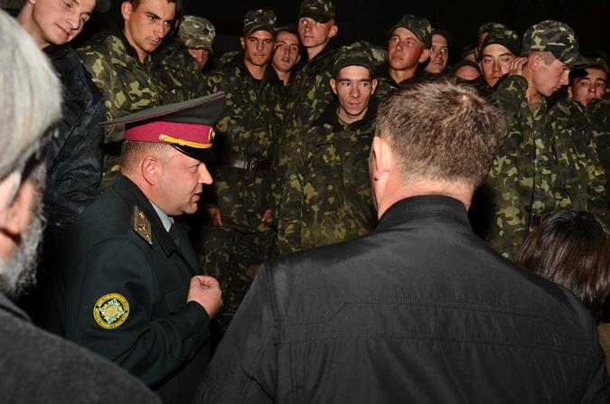 Полторак пообещал бойцам премию и выплату зарплат.