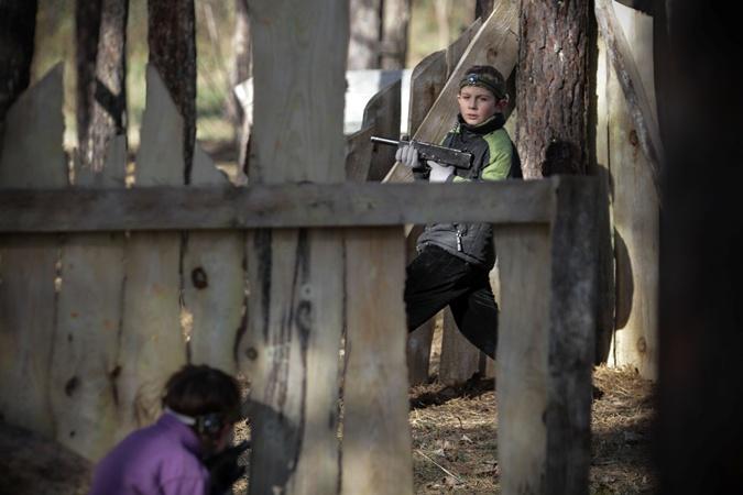 Воюют дети лазерными автоматами со специальными датчиками. Фото: Олег ТЕРЕЩЕНКО