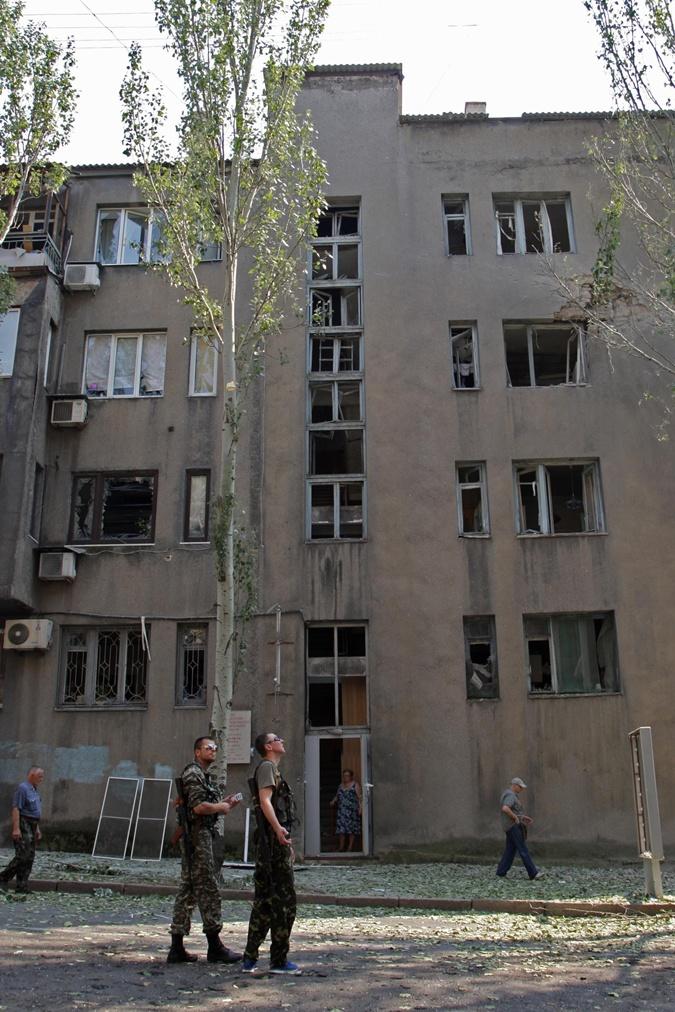 Многие здания донецких вузов (как это, стоящее на балансе технического университета) получили серьезные повреждения в результате бомбежек. Фото: Gettyimages
